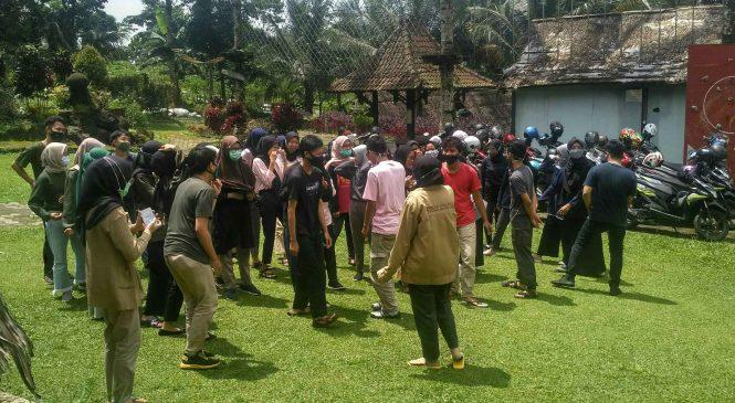 BUANG RASA JENUH, MAHASISWA FAKULTAS PENDIDIKAN EKONOMI UNSOED ADAKAN FAMILY GATHERING.